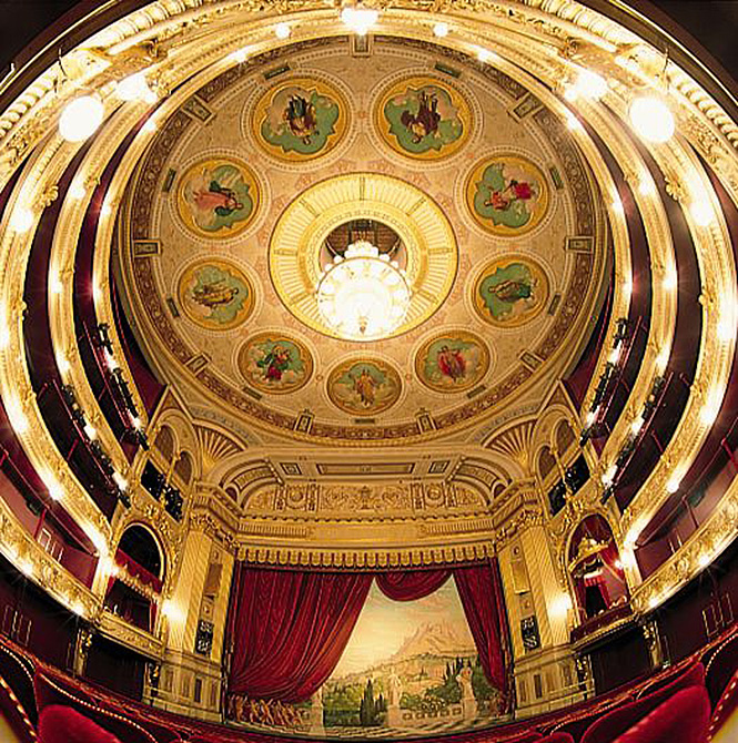 Operasanger raser over drikkevarer og slikposer i teatersalen | Magasinet KLASSISK